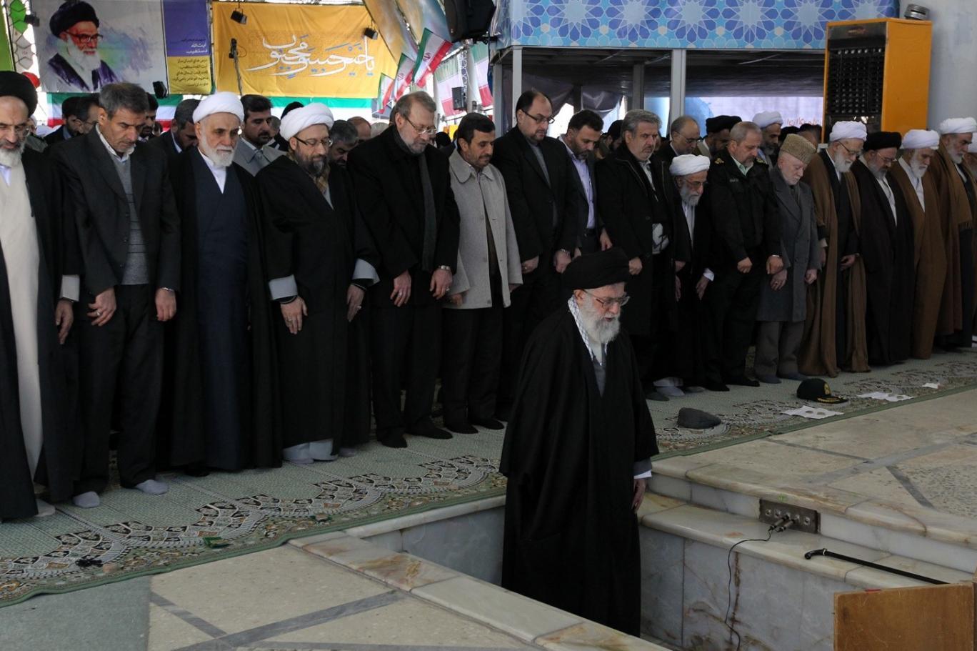 خطبههای نمازجمعه و عزیزدردانههای خامنهای در ۱۸ دی ۷۷ رهبر جمهوری اسلامی تمامقد از وزارت اطلاعات دفاع کرد