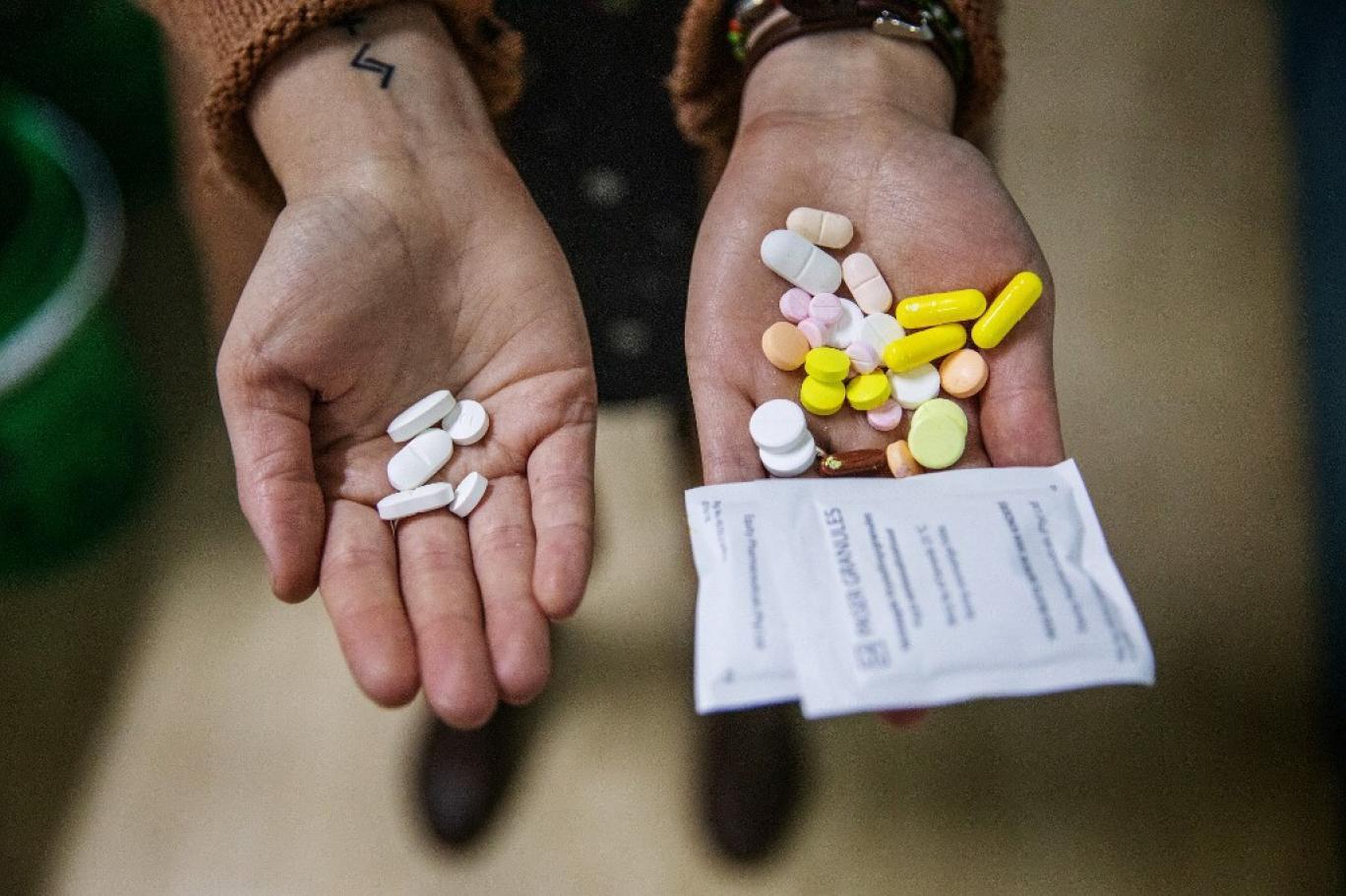 فساد یا تحریم؛ چرا داروی خارجی به دست بیماران ایرانی نمیرسد؟ کابل برق، دسته بیل، غذای سگ و کالاهای لوکس از جمله محصولاتی است که با ارز دارو وارد شد