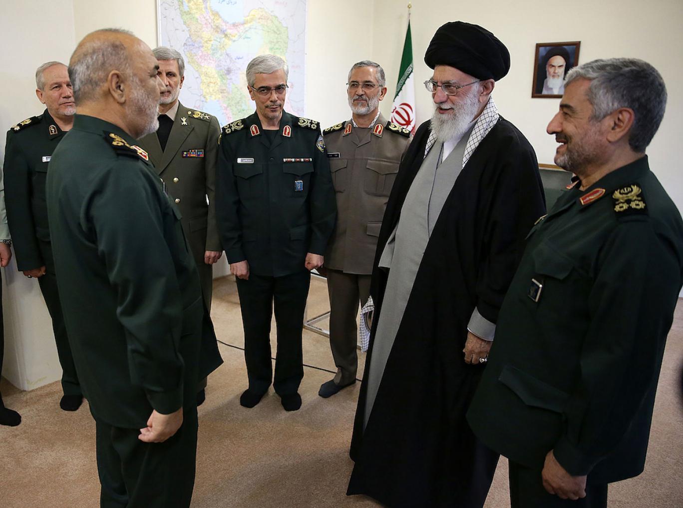 ایران: بحث «کلاهنظامی» یا «عمامه» داغ میشود
