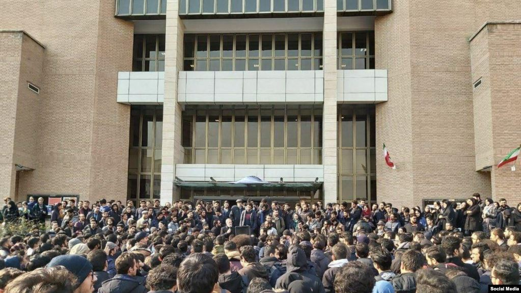 دانشگاه صنعتی شریف: دانشجویان فقط برای ترک ایران درس میخوانند